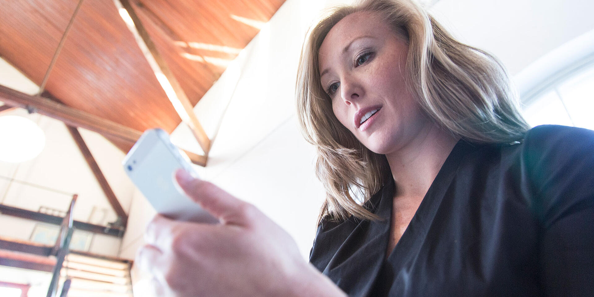 Kvinna-med-mobil_2000x1000